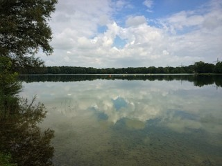 Wolkenhimmel spiegelt sich im See