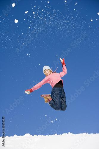 canvas print picture Österreich,Mädchen springt im Schnee