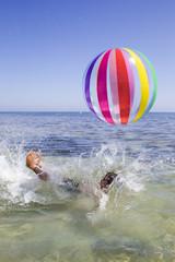 Giocando a pallone in acqua
