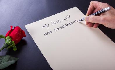 Letzter Wille und Testament schreibt eine Seniorin