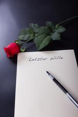 Mein letzter Wille Dokument mit Rose und Füller