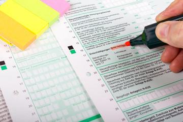Steuererklärung mit Textmarker