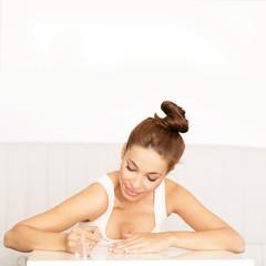 junge Frau lackiert sich die Nägel