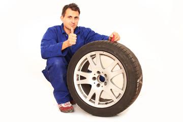 Reifenmonteur misst Profiltiefe