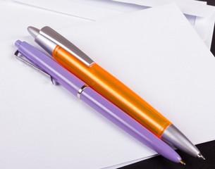 Kugelschreiber mit Briefumschlägen