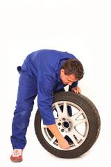 Mechaniker prüft Reifenluftdruck