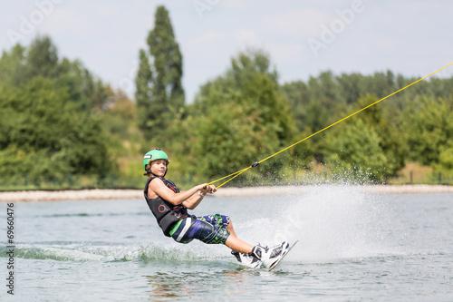 Jugendlicher beim Wassersport Wakeboarden - 69660476