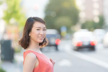 街角に立つ若い女性
