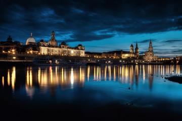 Elbufer Dresden bei Nacht