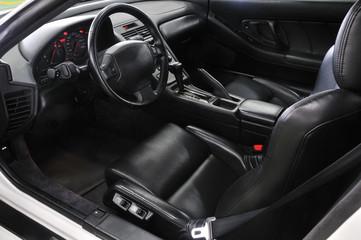 外車の運転席