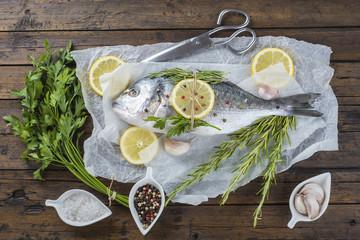 Dorada fresca en la cocina pescado rudo saludable para comer