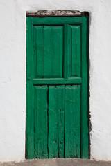 Alte, grüne, frisch gestrichene Tür