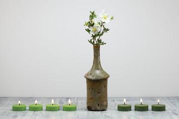 Stillleben : Blumenvase und Kerzen