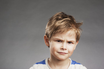 Skeptischer Blick - Porträt Vorschulkind Junge