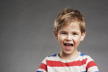 Lacht - Porträt Vorschulkind Junge