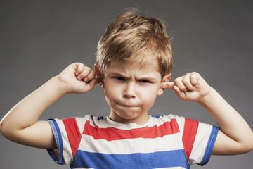 Kind hält sich die Ohren zu - Porträt Vorschulkind Junge
