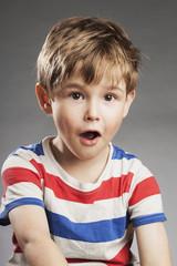 Vorschulkind Junge: Überrascht - Porträt Serie Emotionen