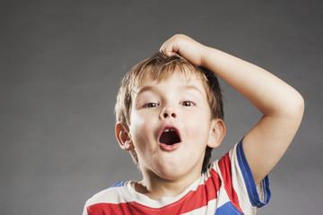 Vorschulkind Junge: Erstaunt - Porträt Serie Emotionen