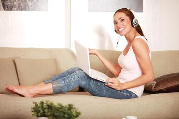 junge Frau hört Webradio