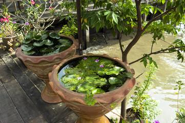 タイのバンコク郊外の水上マーケットの水がめ