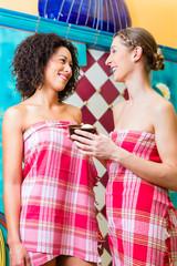 Frauen im Hammam Dampfbad mit Peeling