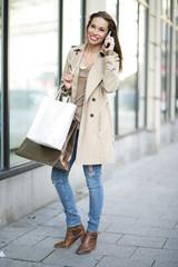 junge Frau mit Telefon in der Hand