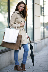 junge,hübsche Frau auf Shoppingtour