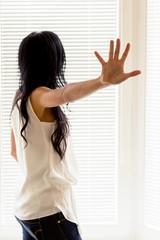 abwehrende Haltung einer Frau