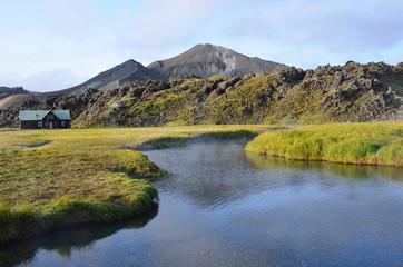 Исландия, Ландманналёйгар, горы и горячие источники в долине