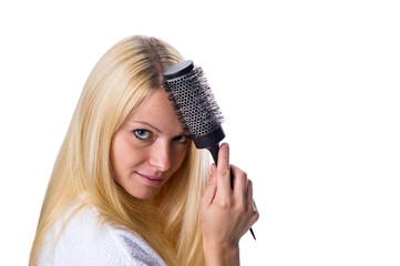 Frau kämmt sich die Haare mit einer Bürste