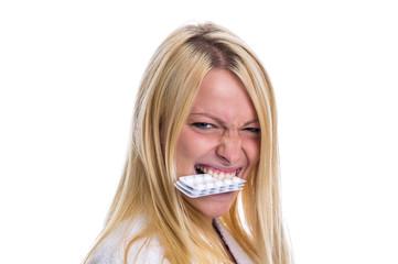 Frau mit Pillen im Mund