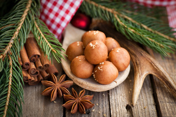 Marzipankartoffeln und brauner Zucker