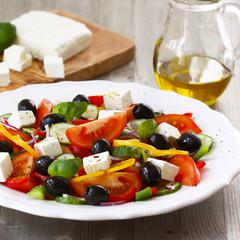 Griechischer Salat mit Feta Käse and Oliven