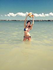 ragazza con pallone in mare