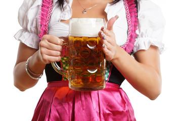 Frau mit vollem Bierkrug