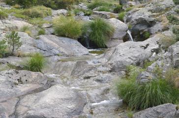 Sucesión de pequeñas cascadas a través de rocas de granito