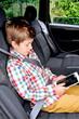 Kind spielt mit Ipad im Auto