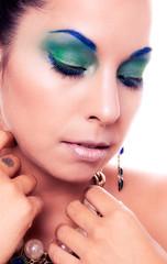 Mujer de belleza con maquillaje perfecto y luz