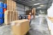 Arbeiter im Warenlager // Workers in logistics