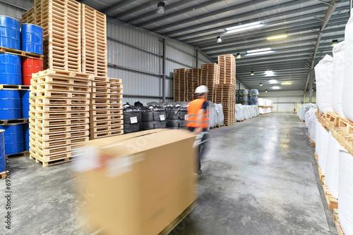 Leinwandbild Motiv Arbeiter im Warenlager // Workers in logistics
