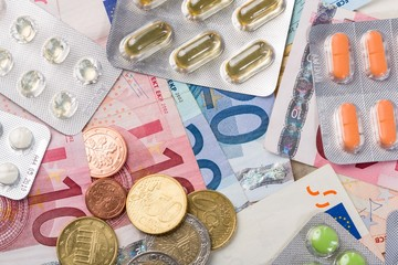 Tabletten und Euromünzen