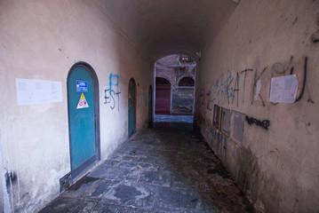 Vicolo malfamato, palazzi centro storico, strada
