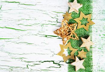 Weihnachtsdekoration mit Sternen und Juteband