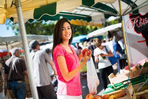 Keuken foto achterwand Boodschappen healthy woman shopping farmer's market organic fruits vegetables