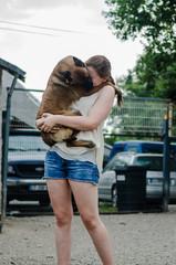 Femme avec un chien dans les bras