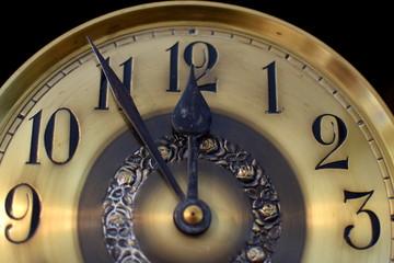 Alte Uhr - Fünf vor zwölf