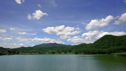 湖と山と流れる雲_3