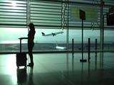 Fototapety Mujer con maleta en el aeropuerto