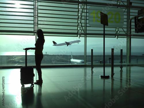 Plexiglas Vliegtuig Mujer con maleta en el aeropuerto