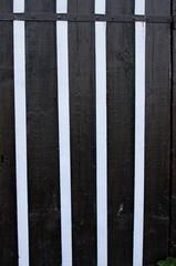 détail d'une porte de cabane ostréicole en bois peint